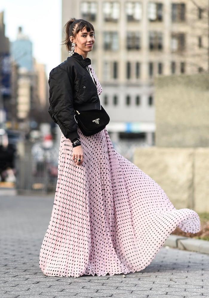 Sac à main petit noir, idée mode hiver 2020 femme, inspiration tenue chic femme, robe rose à pois noires
