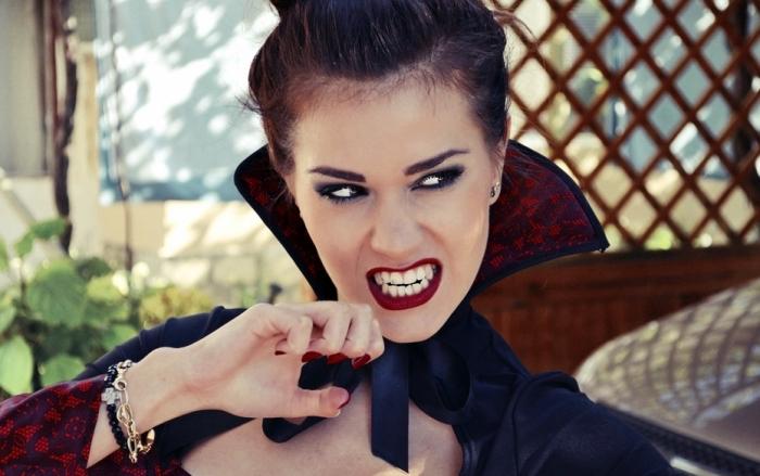 comment réaliser un deguisement vampire facile, technique maquillage vampire aux yeux smoky et bouche rouge