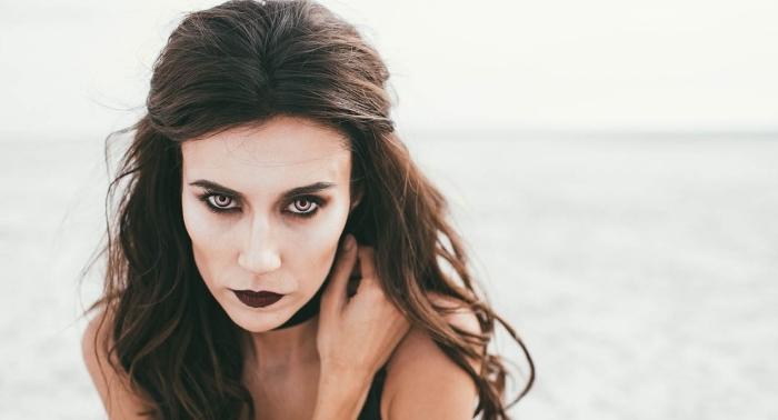 exemple de maquillage halloween simple à faire soi-même, maquillage vampire à fond de teint blanc et contouring visage
