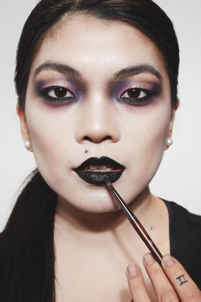idée maquillage halloween facile à bouche noire avec fards à paupières foncés en violet et noir, maquillage halloween facile