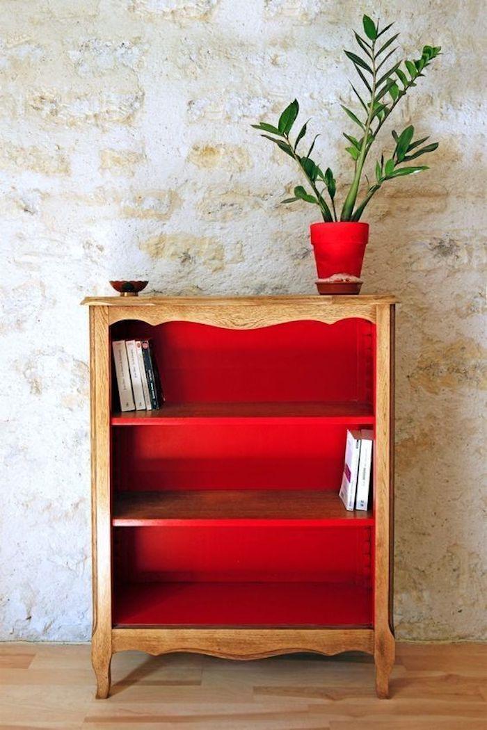 Peindre un cabinet sans portes en rouge dedans, idée relooking de meubles, comment repeindre un meuble sans le poncer, plante verte dans pot rouge
