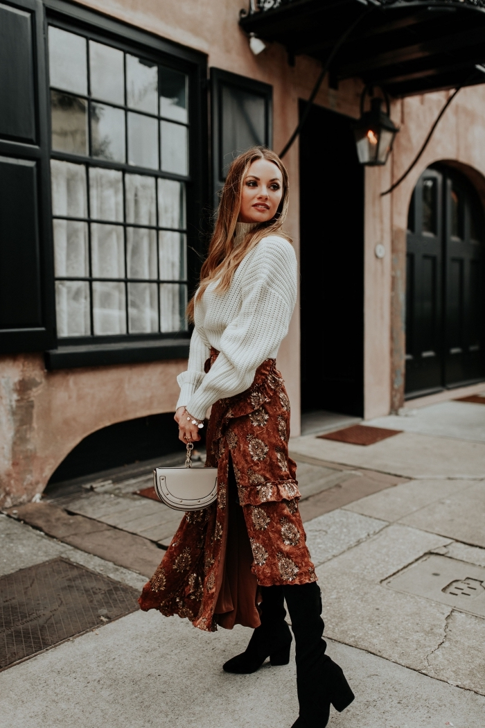 look femme en jupe longue boheme de couleur marron combinée avec pull-over, idée tenue chic en pull et jupe