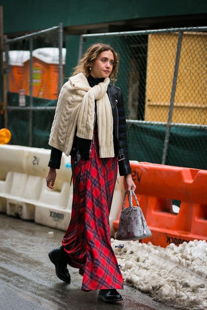 tendance mode femme hiver, look chic en jupe hiver longue couleur rouge combinée avec veste simili cuir et sac à main gris