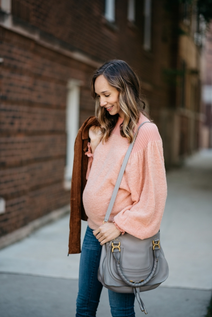 modèle de jean grossesse slim foncé, tenue femme grossesse en blouse corail avec manteau velours en marron