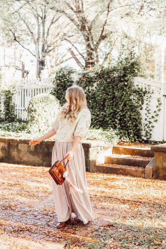 style vestimentaire casual chic femme en jupe fluide et longue combinée avec pull-over beige à décoration pompon