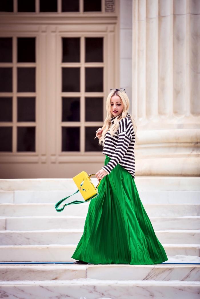idée tenue chic femme, modèle de jupe longue fluide couleur verte à design plissée et taille haute, style vestimentaire femme hiver