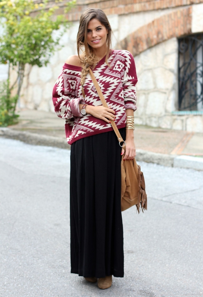 comment porter un pull avec jupe longue hiver, look casual chic femme en rouge et noir avec accessoires camel