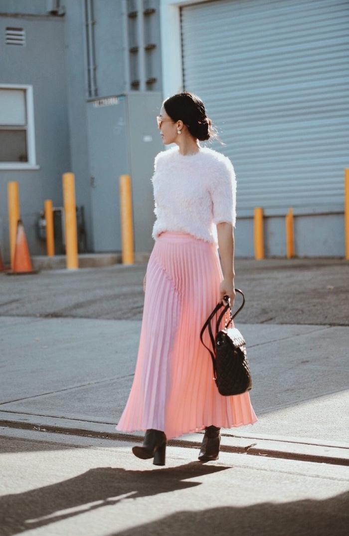 idée comment assortir les couleurs de ses vêtements femme, tenue chic en jupe midi plissée rose avec blouse blanche
