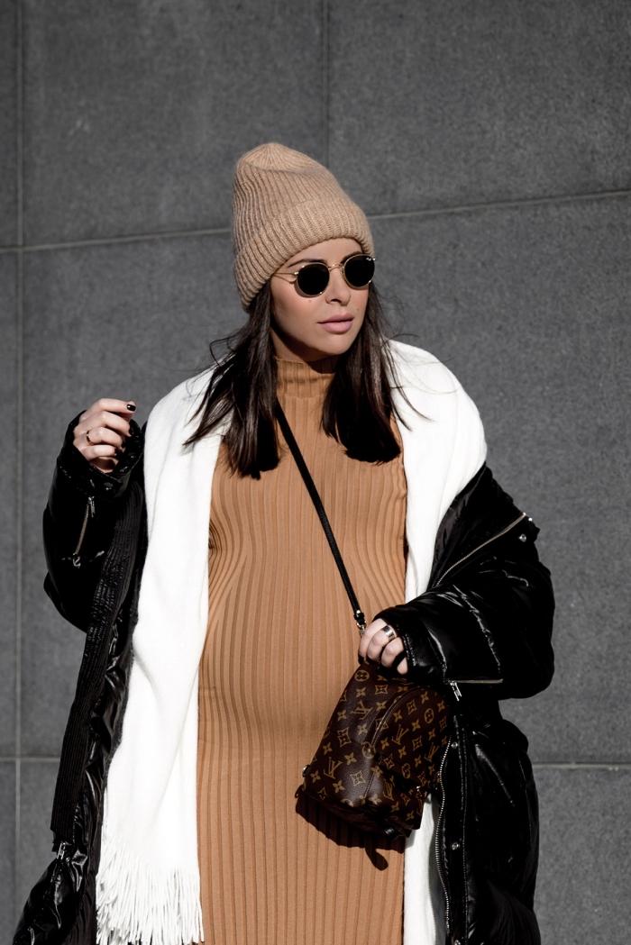 look femme enceinte quotidien, idée tenue grossesse confortable en robe grossesse en version pull camel avec manteau et écharpe longs