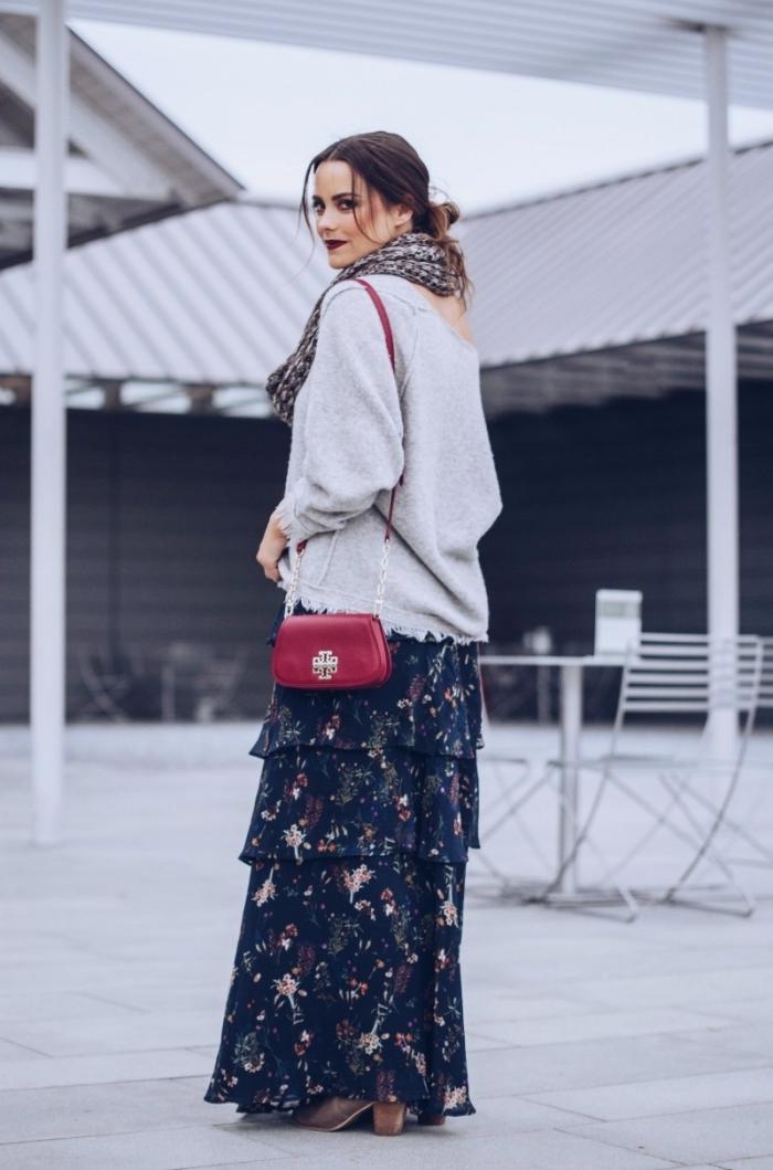 accessoires mode hiver femme, modèle de jupe fluide noire combinée avec pull épaule nue en gris clair et sac rouge