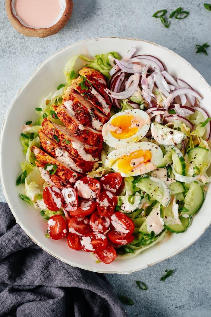 salade composée originale de concombres, tomates, salades vertes et oignons rouges, qu est ce qu on mange ce soir