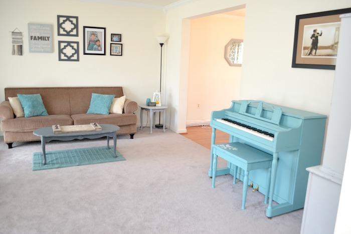 Piano peinte en bleu claire, cool idée décoration salon, relooking meuble avant après, comment repeindre un meuble sans le poncer