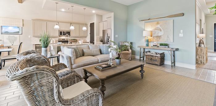 couleur de peinture pour salon lumineux, couleur de peinture pour salon salle manger, murs bleu et blanc, deco salon bord de mer, fauteuils tressés, tapis jonc de mer, table basse bois, cuisine blanche traditionnelle