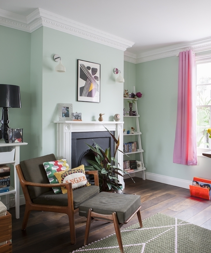 mur couleur vert d eau, nuance menthe, cheminée décorative moderne, chaise bois et gris, etagere echelle blanche, deco salon chaleureux
