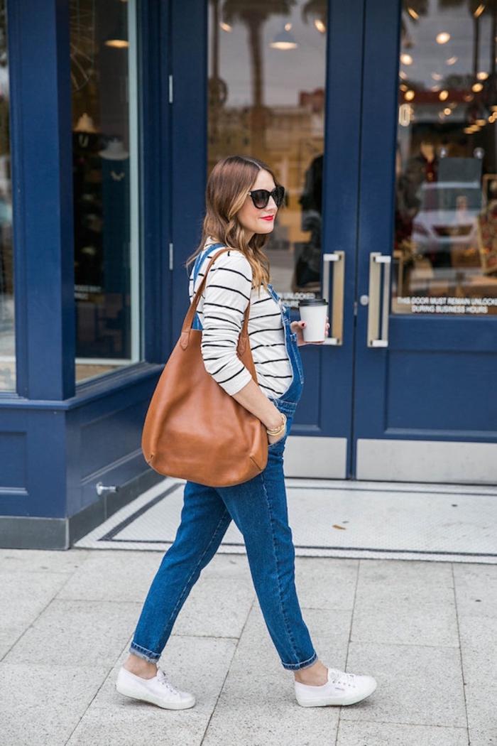 quel vetement maternité pour automne 2019, modèle de salopette denim avec blouse blanche et sneakers blanches