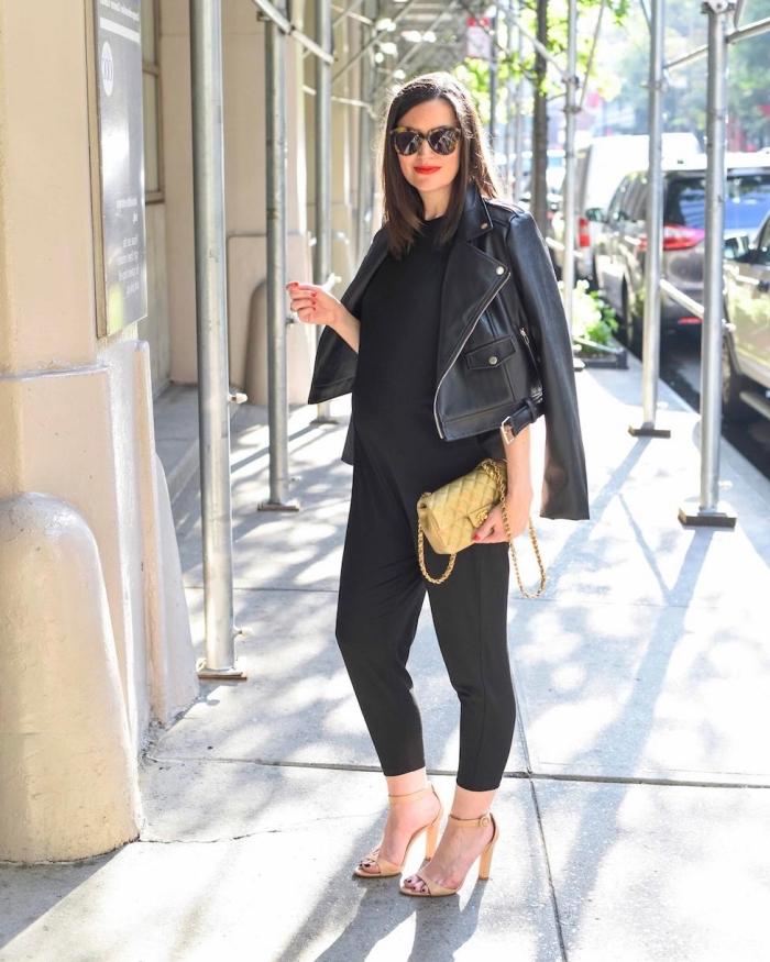 style vestimentaire femme enceinte, look femme grossesse total noir avec accessoires dorés, idée vetement femme enceinte