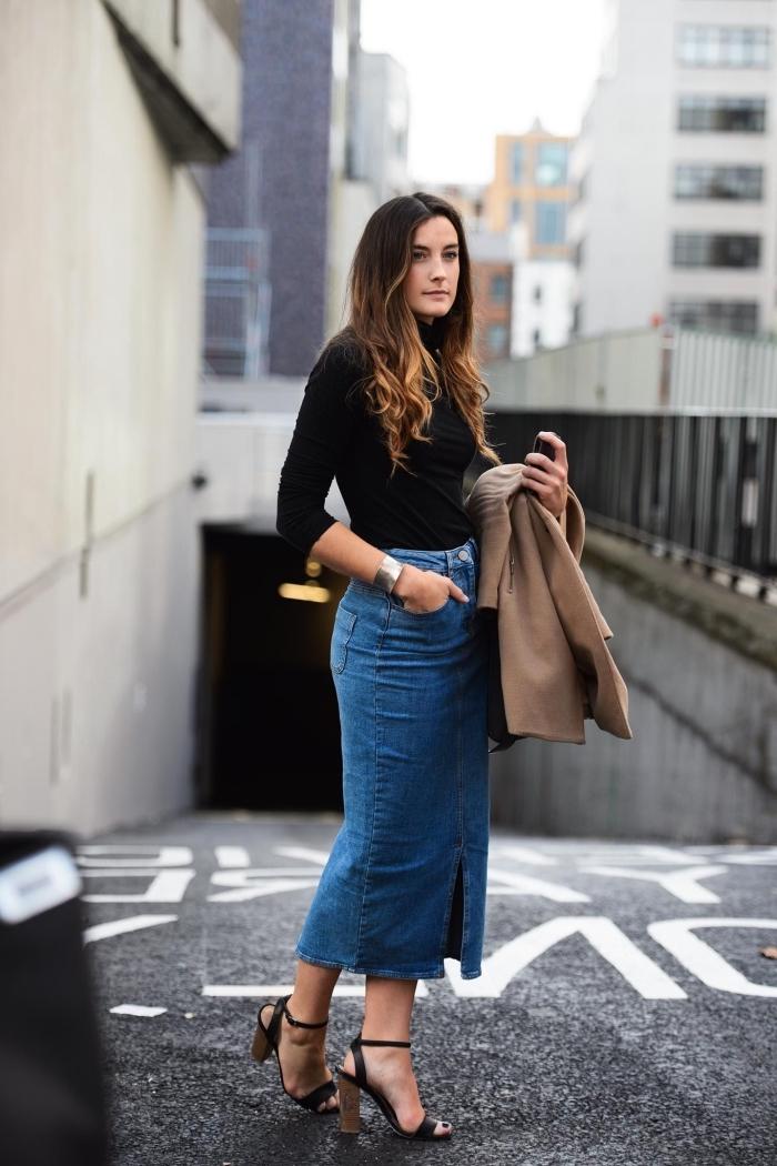 assortir une jupe en denim midi, comment porter une jupe avec fente en jeans, idée look femme style en noir et denim
