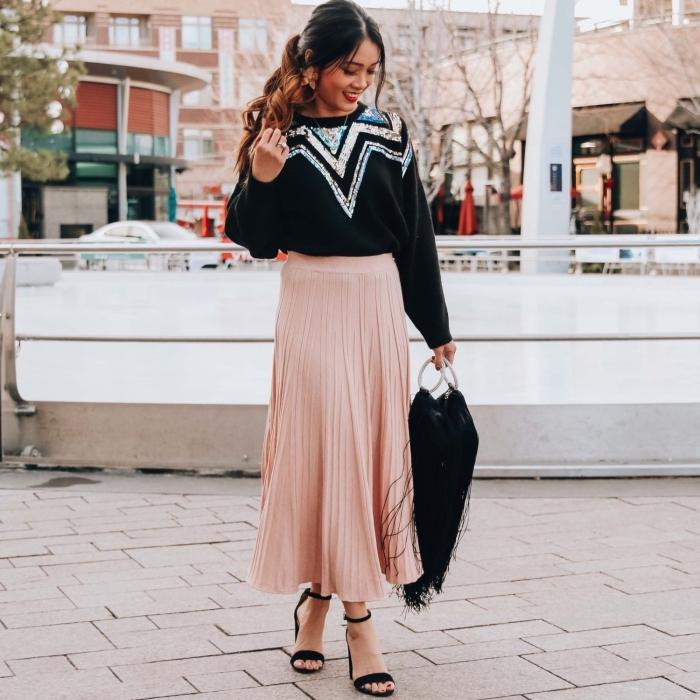 modèle de jupe longue taille haute rose pâle, idée tenue femme hiver en jupe longue et pull, modèle sac à main tendance bohème