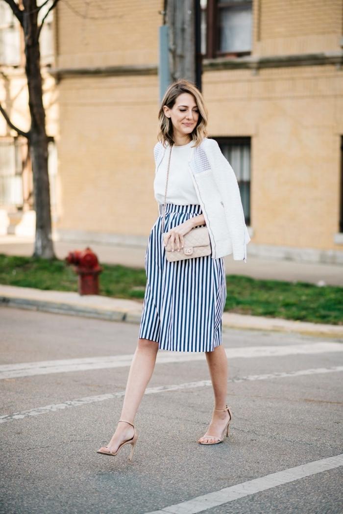look grossesse en top blanc et jupe rayée, idée vetement de grossesse stylé, mode femme enceinte avec veste blanche