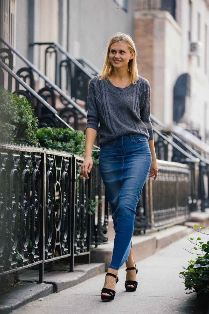 comment porter une jupe longue en denim, tendance mode automne-hiver femme, tenue casual chic en jupe jeans et pull