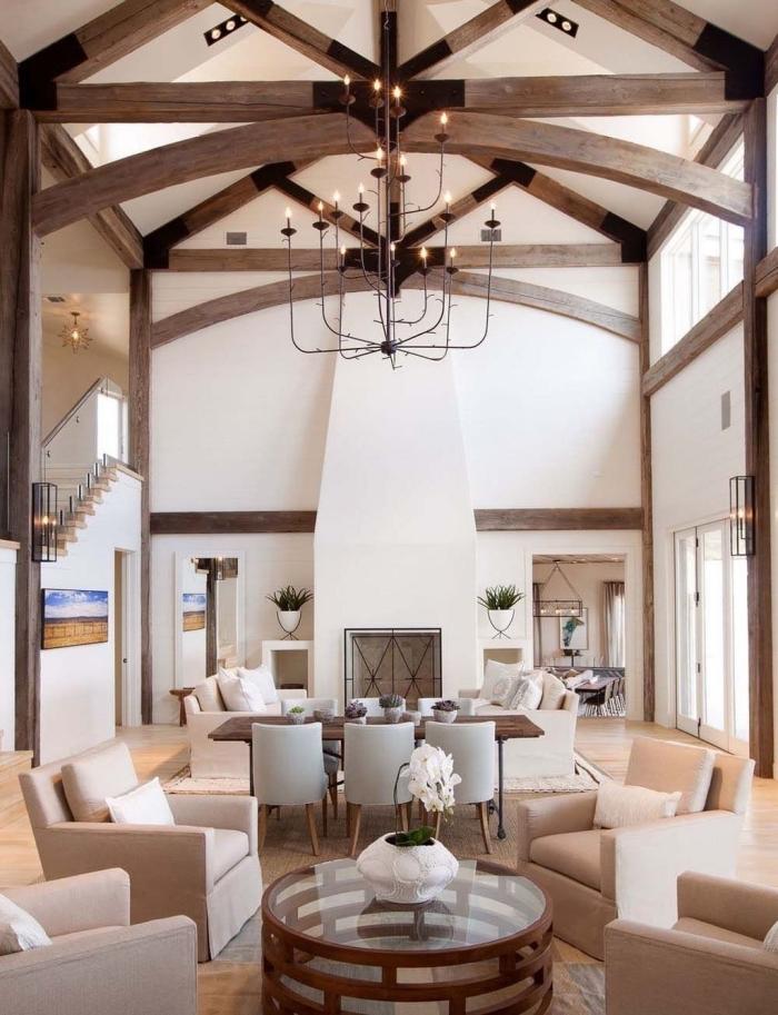 comment décorer l'espace sous un haut plafond, modèle de plafond cathédrale blanc avec poutres bois et éclairage led