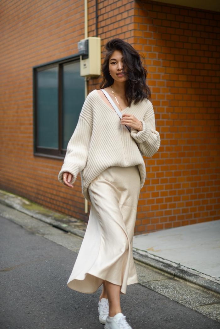mode femme automne-hiver, idée tenue chic en jupe hiver couleur nude et pull beige oversized, look casual chic femme