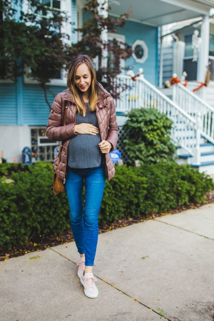 idée vetement de grossesse, look femme enceinte de style quotidien en jeans slim avec pull et baskets blanches