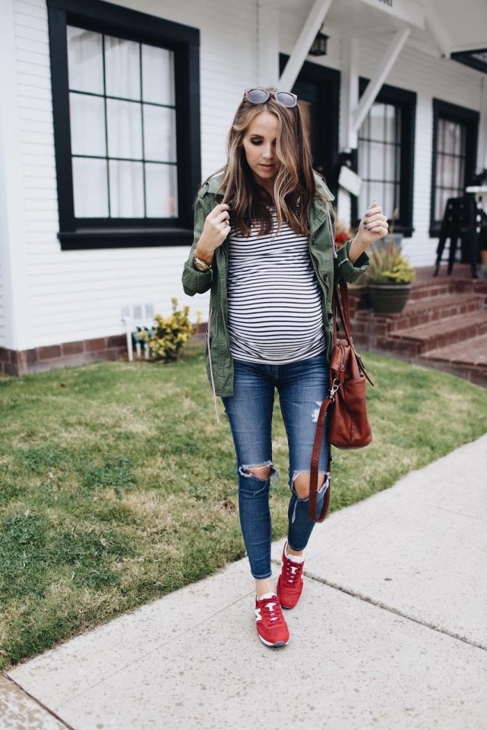 look casual femme enceinte en jean grossesse déchiré avec blouse et veste verte, paire de sneakers femme rouge