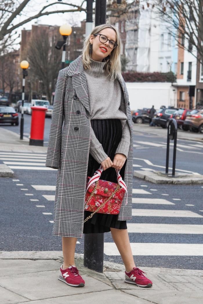 look femme enceinte en jupe plissée noire avec pull-over gris clair, idée vetement maternité, tenue femme en gris et noir avec accents rouge