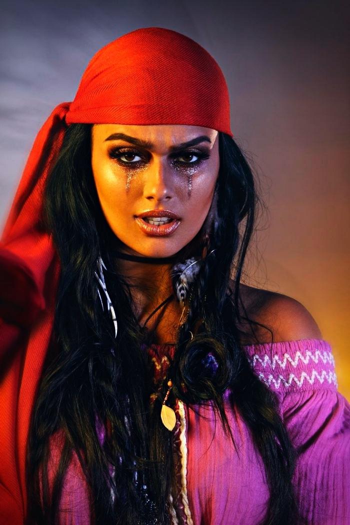 idée de maquillage pirate femme pour un look glamour, maquillage des yeux glitter et teint hâlé pour un look de pirate femme