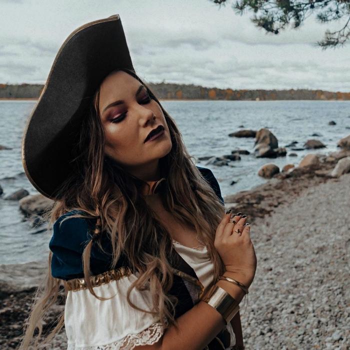 maquillage pirate femme glamour dans les tons du mauve, déguisement de femme pirate avec chapeau et blouse aux épaules dénudées et veste