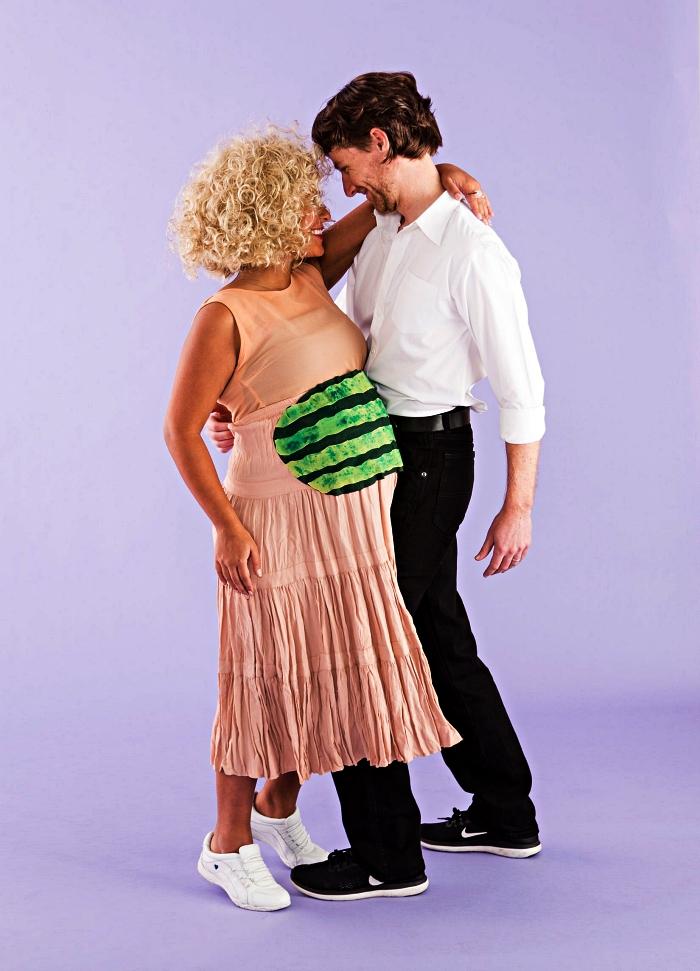 deguisement femme enceinte avec pastèque et homme en pantalo et cravate