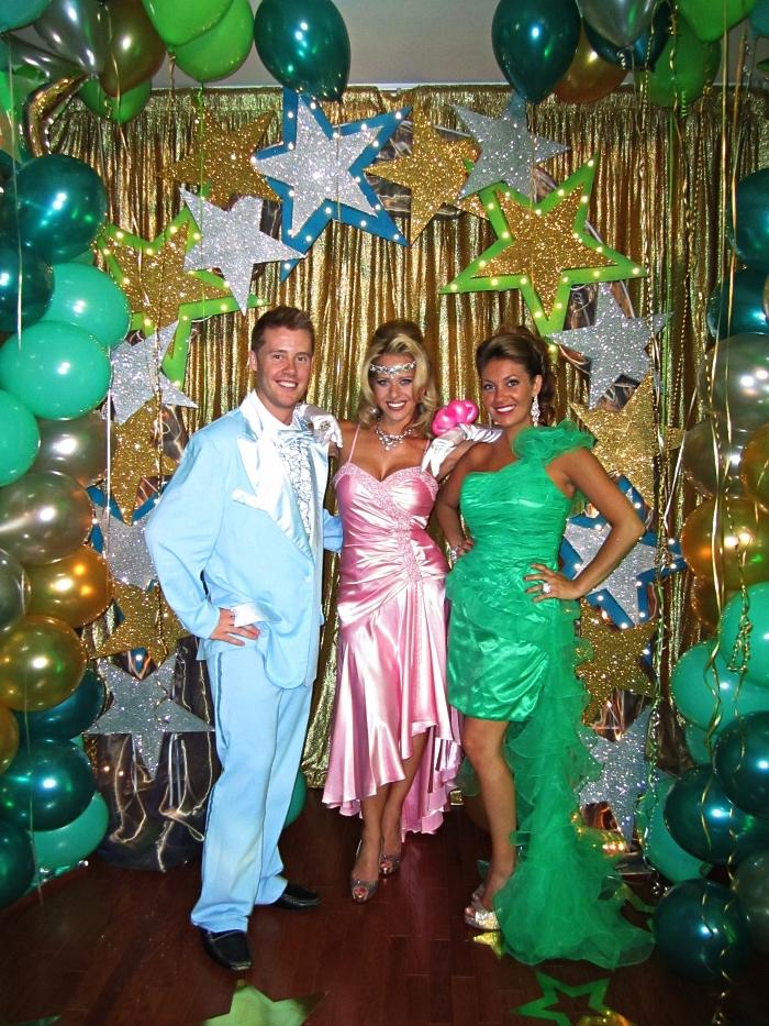 deguisement disco homme composé de costume bleu ciel et chemise à volants, déguisements des années 80 pour soirée thématique bal de promo