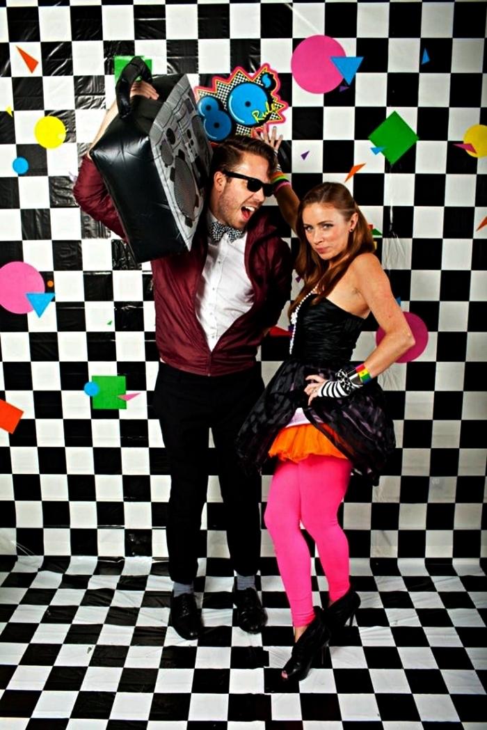 idée de deguisement disco homme et femme dans l'esprit des années 80, superposition de robe, jupe tutu et legging rose pour une tenue disco femme des années 80