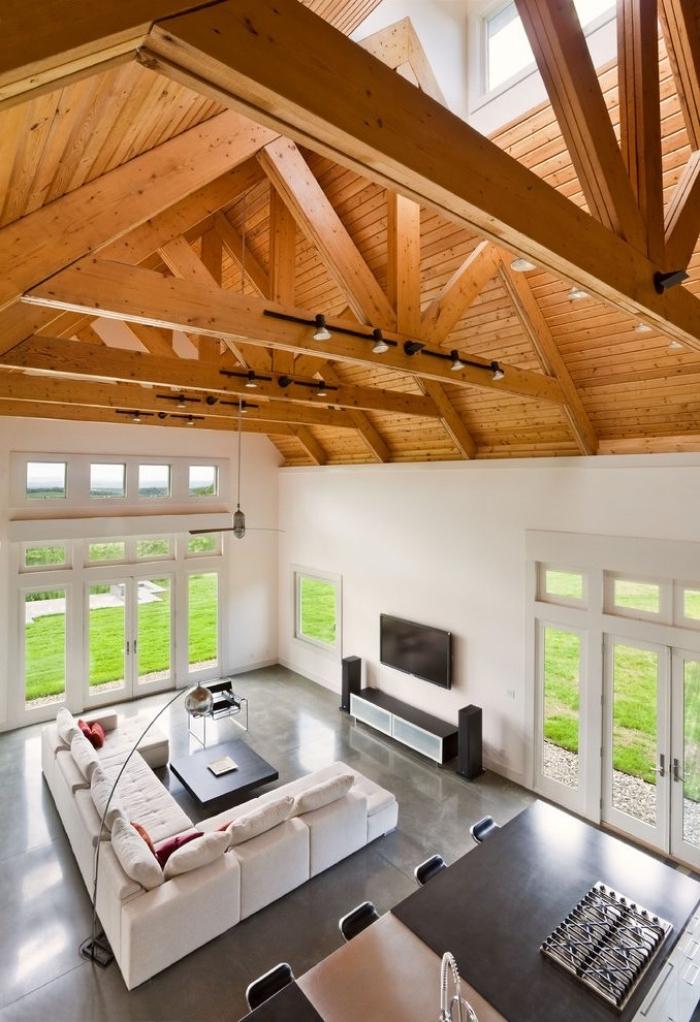 comment transformer une grange en habitation, modèle de salon style rustique et industriel avec haut plafond en bois, exemple de toit cathédrale
