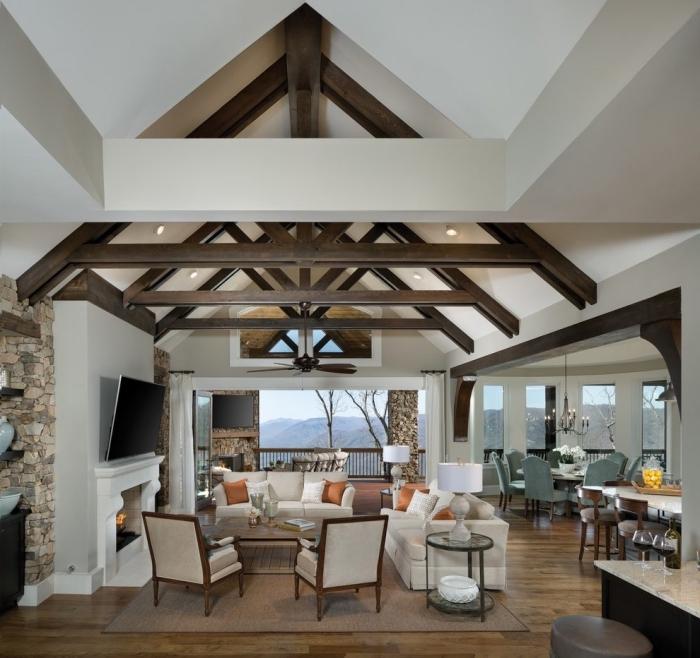 modèle de plafond à design chalet moderne en blanc avec poutres bois apparentes, idée amenagement salon ouvert