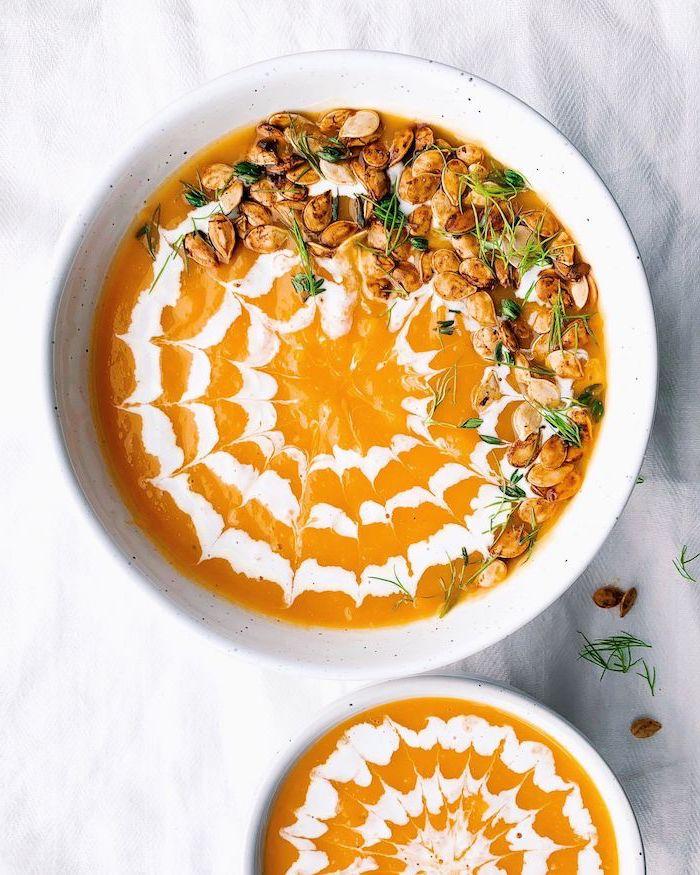 presentation assiette originale, soupe butternut lait de coco, velouté vegan, recette équilibrée du soir, garniture graines de courge