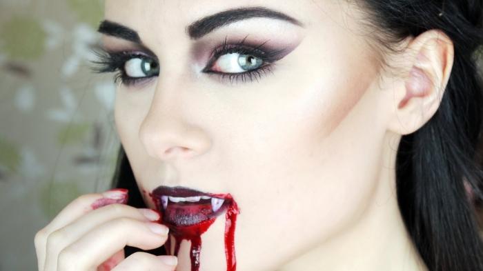réaliser un maquillage vampire femme de dernière minute, idée makeup vampire avec fards à paupières foncés