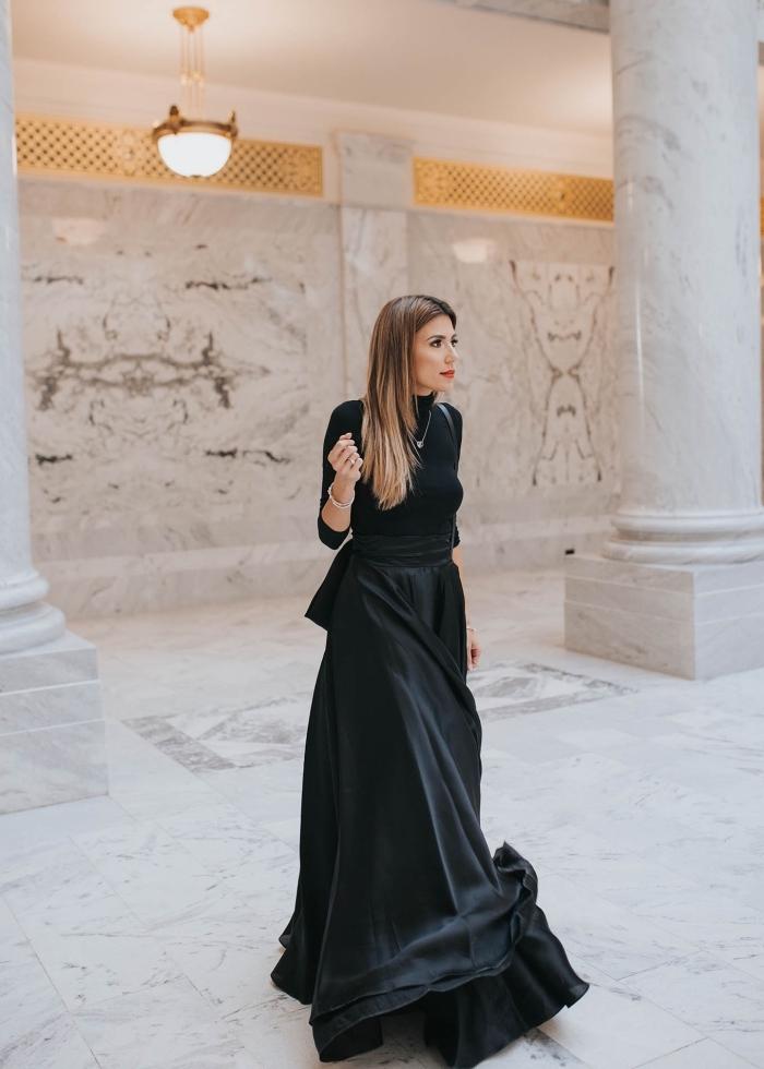 idée tenue de soirée femme élégante en noir, modèle de jupe féerique longue et noir combinée avec blouse noire manches longues