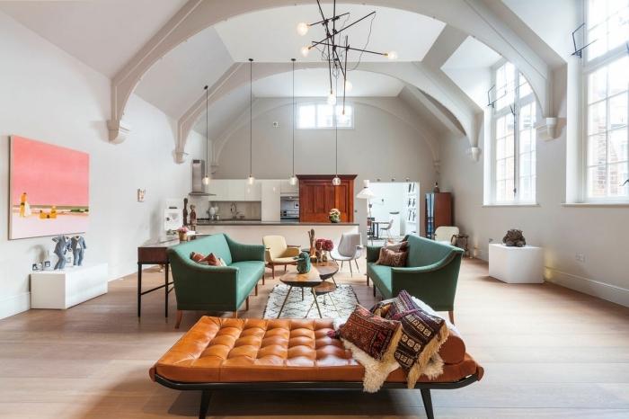 deco salon moderne aux murs blancs avec plafond à deux pentes, idée mobilier tendance de couleur vert, coussins à motifs ethniques