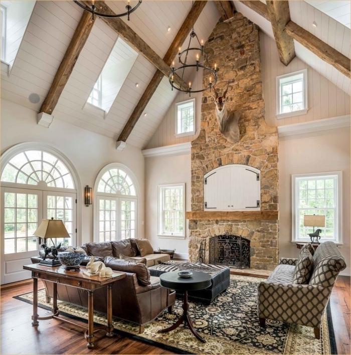 décoration intérieure salon, design pièce avec plafond à deux pentes, idée déco salon à plafond haut de style rustique