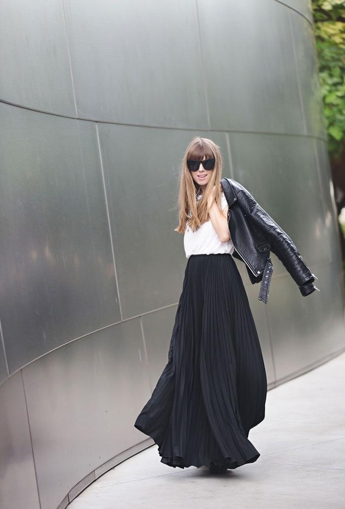 exemple comment assortir une jupe longue taille haute noire avec top blanc élégant et veste en simili cuir noir