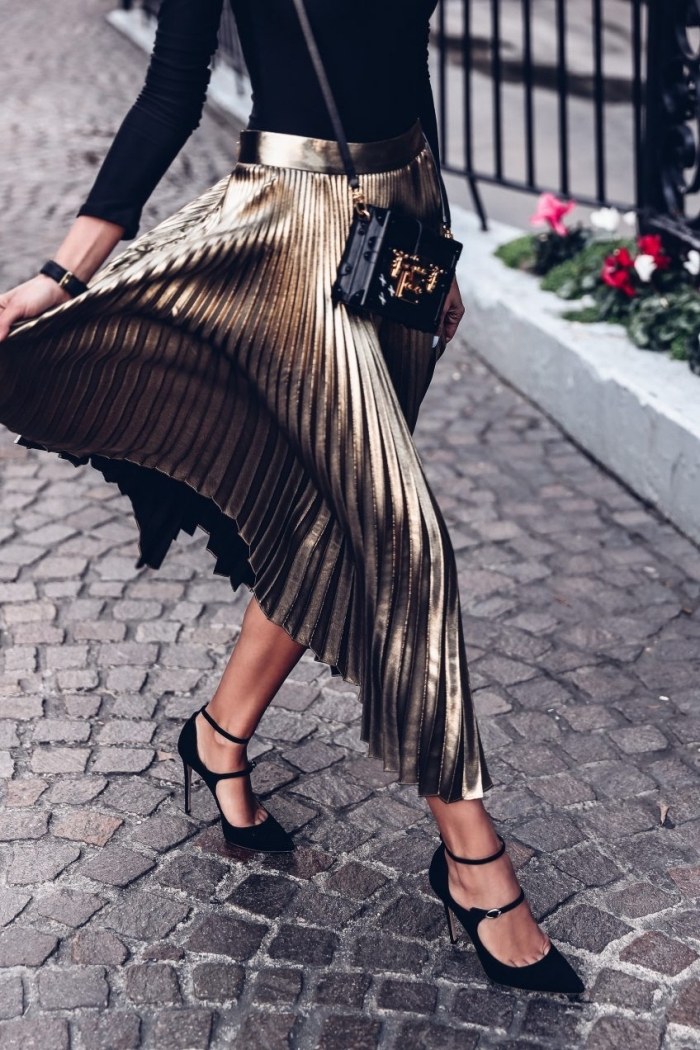 modèle de jupe longue hiver à effet métallisé, mode femme chic en jupe plissée midi avec blouse noire et chaussures hautes