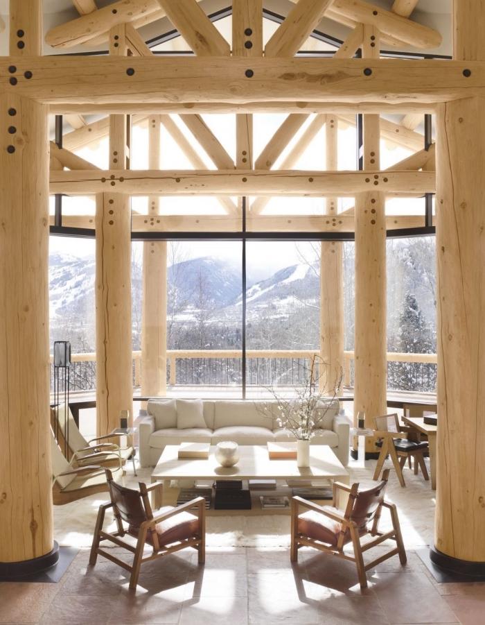 quel type de toit pour une maison de montagne, idée deco salon cosy à grandes fenêtres avec mobilier en cuir et bois