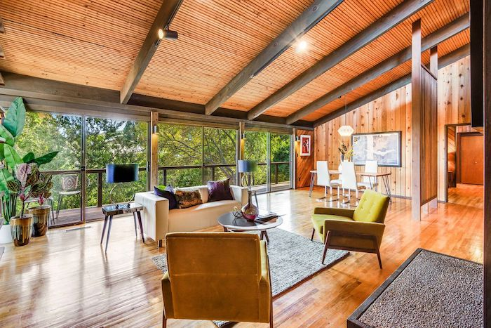 Bois sur le sol et le toit, deco chalet montagne, bois salon cosy deco rustique, canapé blanche et tapis, table basse ronde