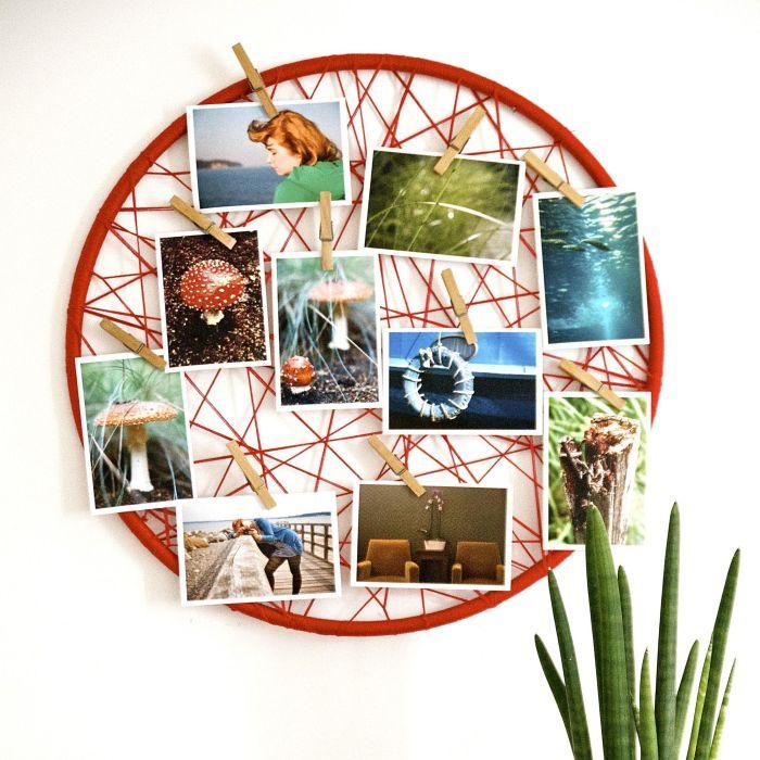 cadre photo pele mele rond avec de la ficelle rouge et des pinces à linge bois, idée originale pour afficher ses tirages photos
