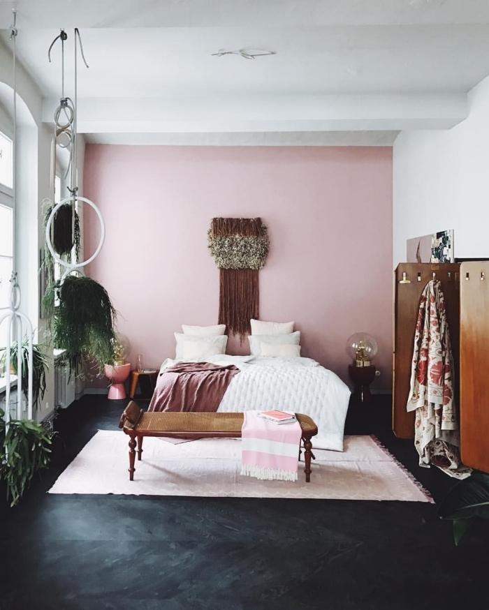 déco bohème chic dans une chambre à coucher moderne avec mur accent en rose pale, idée couleur chambre adulte