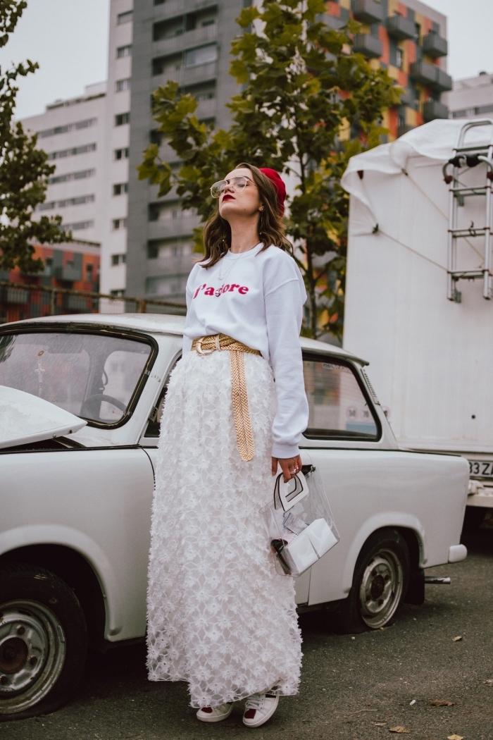 comment porter une jupe taille haute avec blouse sport, idée look casual chic femme en blanc avec accessoire rouge et or
