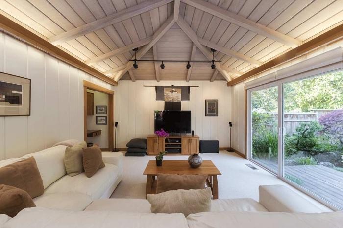 idée toit cathédrale deux pentes en panneaux bois blanc, déco cocooning dans une pièce aux murs en panneaux blancs
