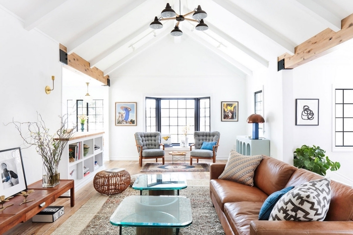 exemple comment aménager un salon cathédrale, décor salon cozy aux murs blancs avec sol en bois et meubles cuir